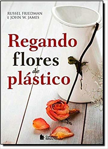 Regando flores de plástico
